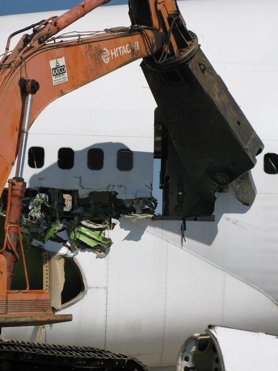 """Wie recycelt man tonnenschwere Giganten? """"Mega Breakdown Recycling XXL"""" begleitet die fachgerechte Entsorgung und Wiederverwertung, einer Boing 747,... - Bildquelle: National Geographic Channel"""