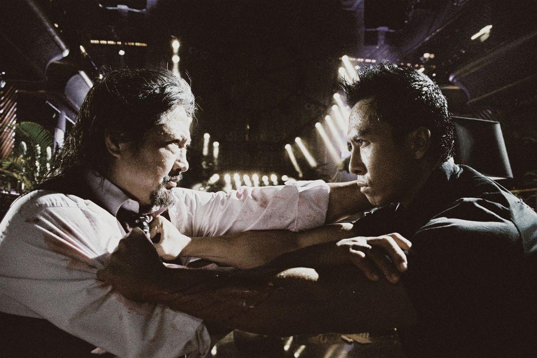 Zunächst ist Inspektor Ma Kwan (Donnie Yen, r.) ziemlich erschrocken über dieunlauteren Methoden seines Vorgängers Inspektor Chan. Doch dann kommt e... - Bildquelle: Elite Entertainment Group