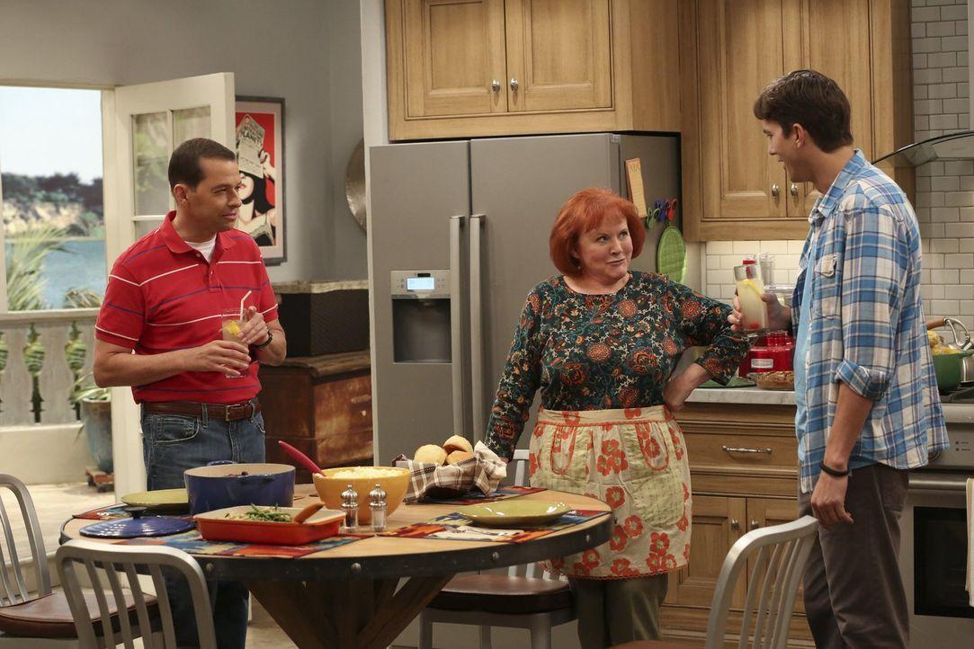 Berta ist in Rente gegangen, und Alan (Jon Cryer, l.) und Walden (Ashton Kutcher, r.) brauchen nun eine neue Haushälterin. Doch ist Helen (Edie McCl... - Bildquelle: Warner Brothers