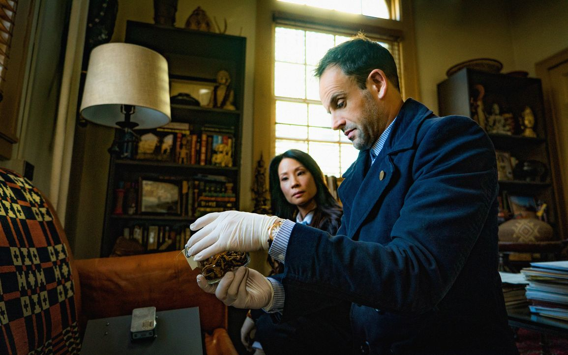 Ein Mordfall beschäftig Sherlock Holmes (Jonny Lee Miller, r.) und Joan Watson (Lucy Liu, l.) ... - Bildquelle: Michael Parmelee 2015 CBS Broadcasting Inc. All Rights Reserved.