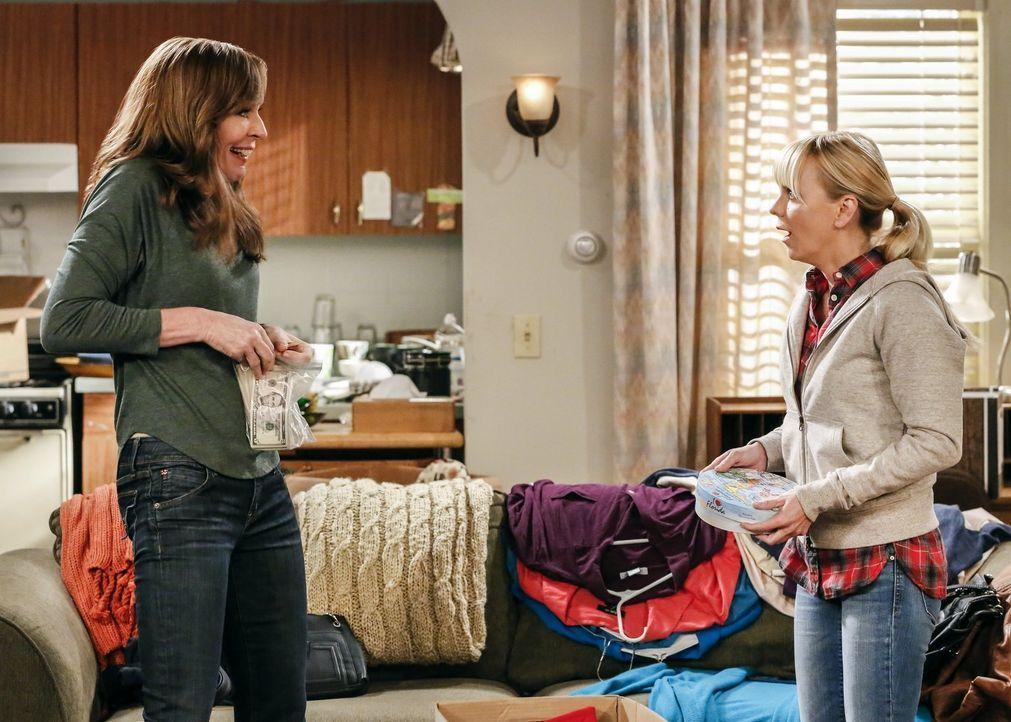 Eigentlich sollte Bonnie (Allison Janney, l.) mit Christy (Anna Faris, r.) um den Tod ihrer Mutter trauern, doch dieser bringt auch eine gute Neuigk... - Bildquelle: 2016 Warner Bros. Entertainment, Inc.