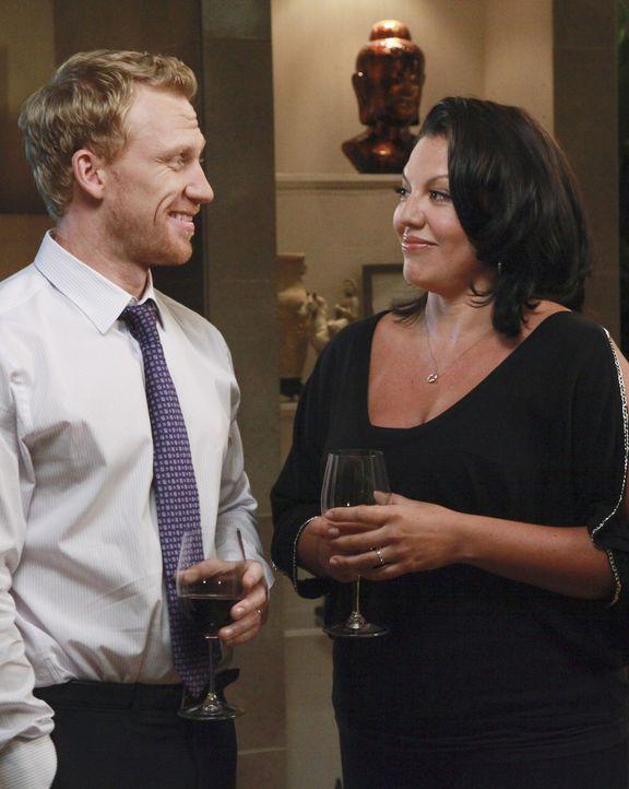 Nach einem anstrengenden Tag genießen Owen (Kevin McKidd, l.) und Callie (Sara Ramirez, r.) die Dinner-Party bei Teddy ... - Bildquelle: ABC Studios