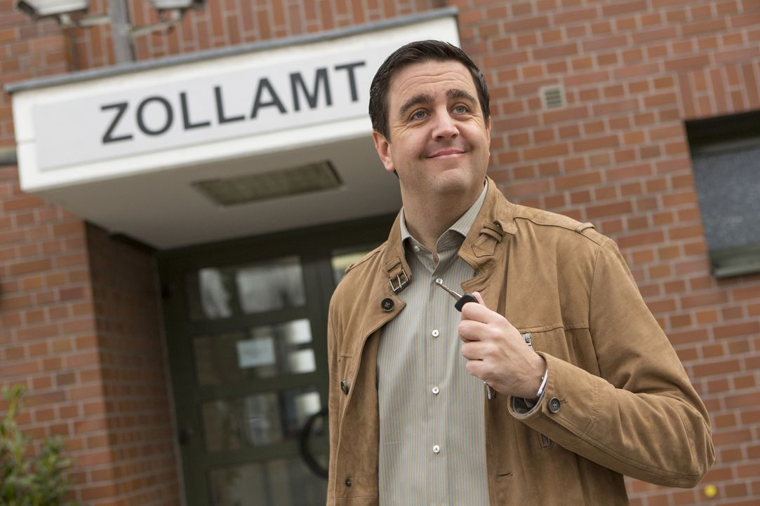 Bastian (Bastian Pastewka) will eine Sendung beim Zollamt abholen, doch die deutsche Bürokratie macht ihm einen Strich durch die Rechnung ... - Bildquelle: Frank Dicks SAT.1