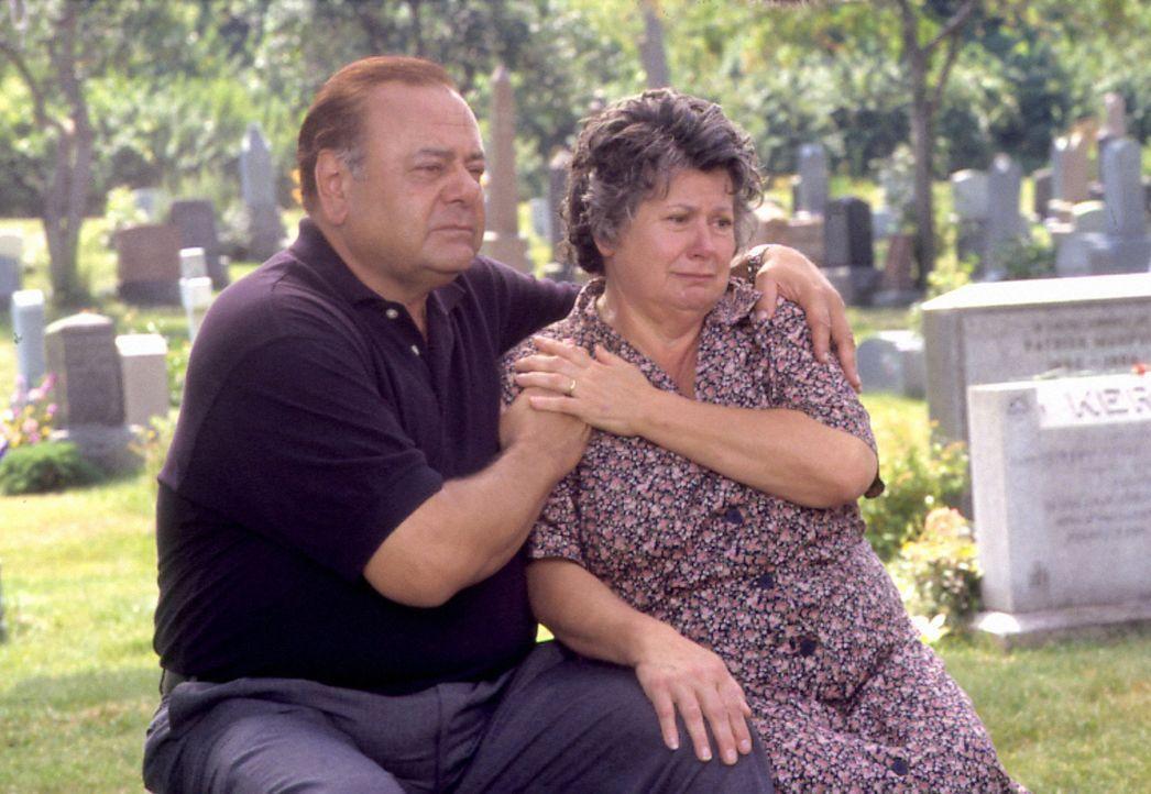 Für Mama Maria (Ginette Reno, r.) und Papa Gino (Paul Sorvino, l.) ist der Schock groß, denn ihr geliebter Sohn Angelo outet sich als homosexuell... - Bildquelle: Samuel Goldwyn Films