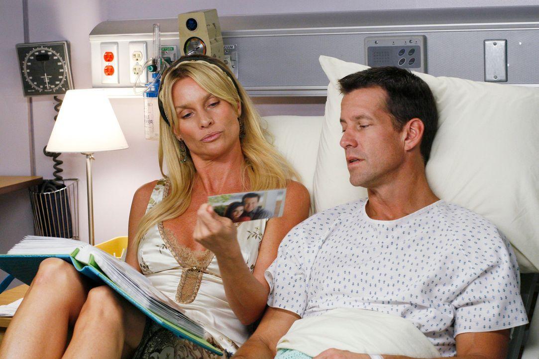 Edie (Nicolette Sheridan, l.) kümmert sich rührend um Mike (James Denton, r.), der sich an die letzten zwei Jahre nicht mehr erinnern kann und nutzt... - Bildquelle: 2005 Touchstone Television  All Rights Reserved
