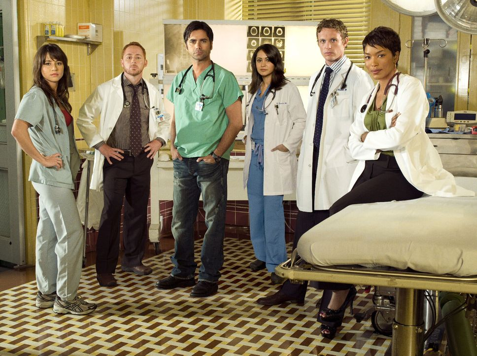 (15. Staffel) - Das Team der Notaufnahme: Dr. Morris (Scott Grimes, 2.v.l.), Samantha Taggart (Linda Cardellini, l.), Dr. Tony Gates (John Stamos, 3... - Bildquelle: Warner Bros. Television