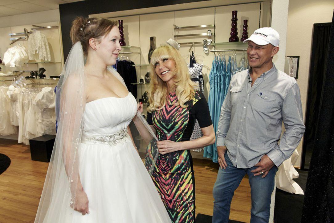 Ob Julia (l.) das Kleid, das Dolly Buster (M.) und Axel Schulz (r.) für sie ausgesucht haben, wirklich gefällt? - Bildquelle: Guido Engels SAT.1