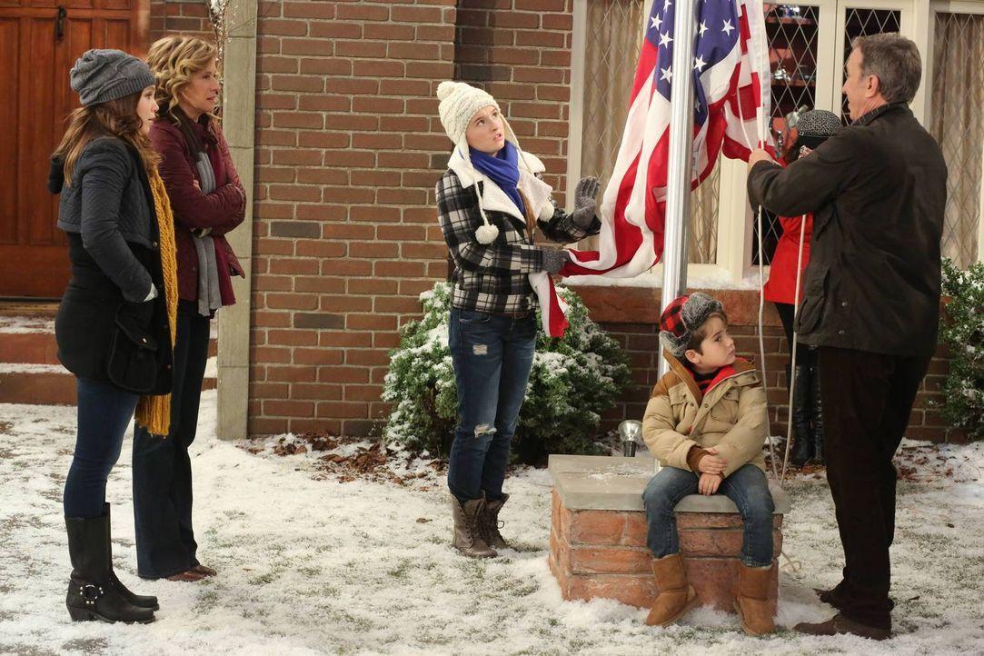 Mike (Tim Allen, r.) hisst im Garten die amerikanische Flagge, sehr zum Bedauern von Kristin (Amanda Fuller, l.), Vanessa (Nancy Travis, 2.v.l) und... - Bildquelle: 2011 Twentieth Century Fox Film Corporation