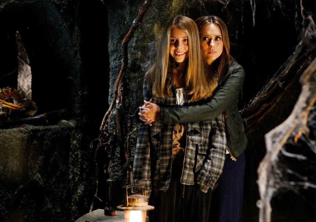 Zusammen mit Melinda (Jennifer Love Hewitt, r.) gelingt es Becca (Mackenzie Vega, l.), mehreren Geistern den Weg ins Licht zu zeigen ... - Bildquelle: ABC Studios