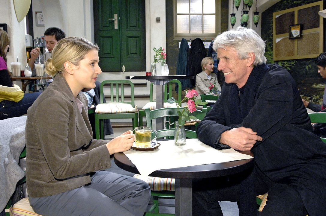 Anna (Jeanette Biedermann, l.) söhnt sich mit Robert (Mathieu Carrière, r.) aus. - Bildquelle: Claudius Pflug Sat.1