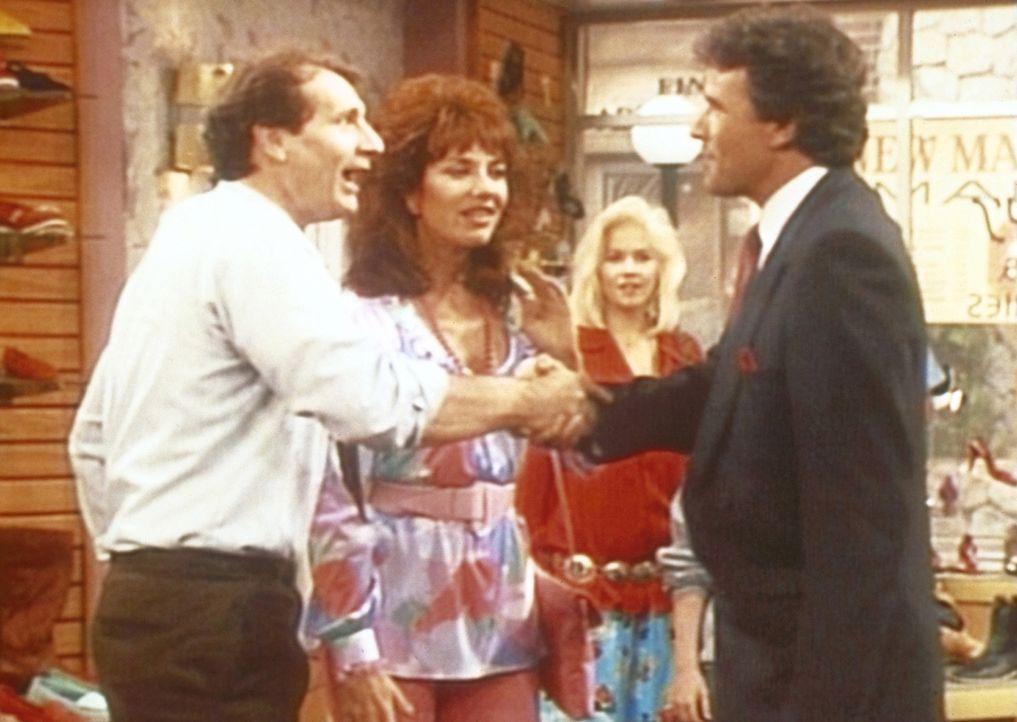 Peggy (Katey Sagal, 2.v.l.) und Kelly (Christina Applegate) sind verblüfft: Gary (Geoffrey Scott, r.) scheint seinen Angestellten Al (Ed O'Neill, l.... - Bildquelle: Sony Pictures Television International. All Rights Reserved.