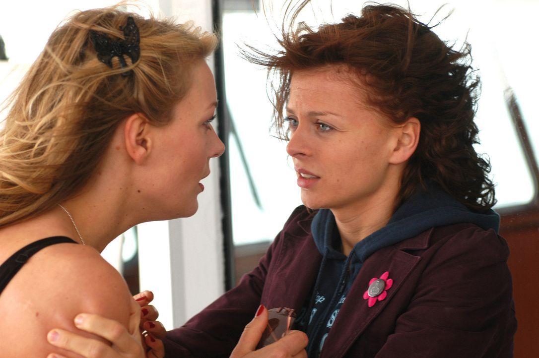 Wider Erwarten treffen die Freundinnen schon bald aufeinander: Katrin (Isabell Gerschke, r.) als blinder Passagier und Babsi (Martina Hill, l.) als... - Bildquelle: Gordon Mühle ProSieben
