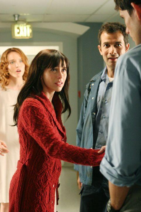 Melinda (Jennifer Love Hewitt, 2.v.l.) wird von Brads (Christian Camargo, r.) verstorbener Frau Hope (Erica Leerhsen, l.) um Hilfe gebeten. Doch was... - Bildquelle: ABC Studios