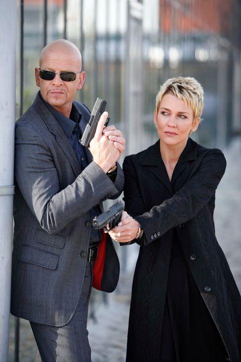Im Einsatz: Michael Naseband (l.) und Alexandra Rietz (r.) ... - Bildquelle: Holger Rauner Sat.1