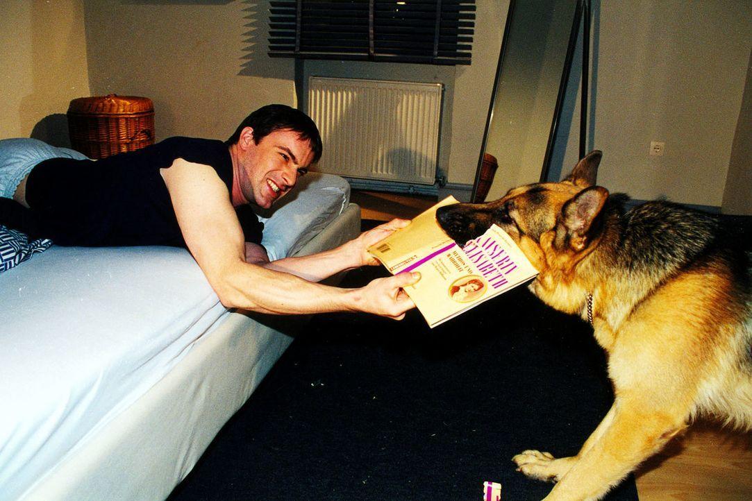 Rex hat was gegen Weiterbildung in der Freizeit - denn die ist schließlich ihm vorbehalten! Kommissar Brandtner (Gedeon Burkhard) muss aber das Buch... - Bildquelle: Ali Schafler SAT.1