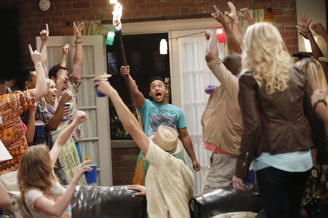 Um Bonnie (Melissa Peterman, r.) wieder loszuwerden, schmeißen Ben und Tucker (Tahj Mowry, M.) eine große Party in ihrem Apartment. Probleme sind vo... - Bildquelle: Kelsey McNeal ABC Family