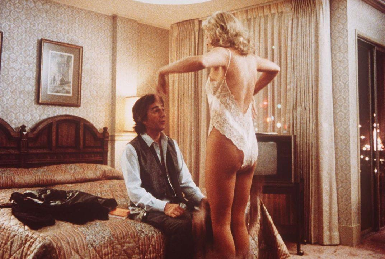 Erfolg macht attraktiv: Wylie (Dudley Moore, l.) wird von seiner Chefin Claire (Helen Shaver, r.) verführt ... - Bildquelle: Paramount Pictures