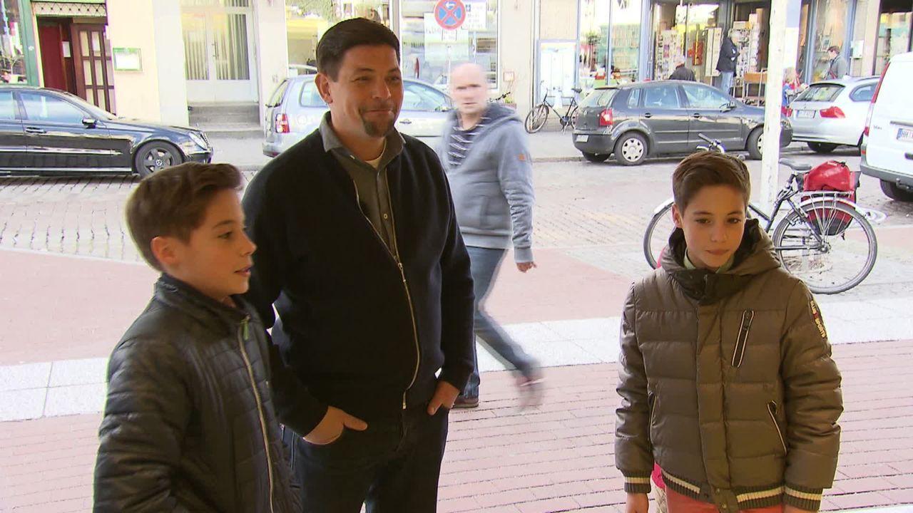 Henning Wehland bringt die Zwillinge Niklas und Fabrice mit ihrem Lieblings-Koch Tim Mälzer (M.) zusammen. Ein Traum geht für die beiden in Erfüllun... - Bildquelle: SAT.1