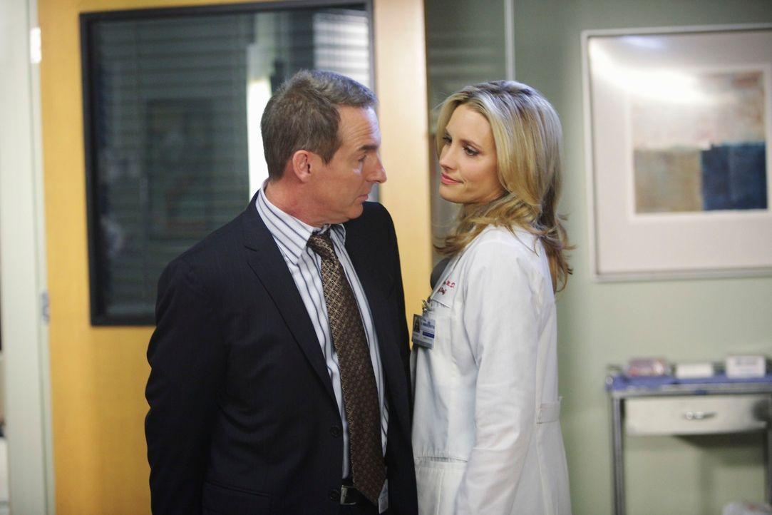Geraten wegen einer Patientin aneinander: Sheldon (Brian Benben, l.) und Charlotte (KaDee Strickland, r.) ... - Bildquelle: ABC Studios