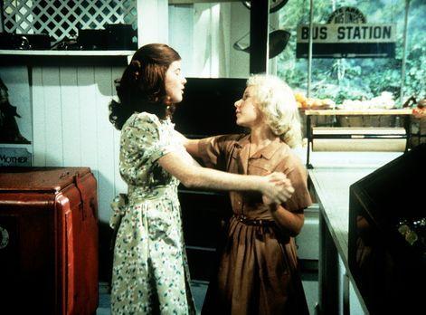 Die Waltons - Elizabeth (Kami Cotler, l.) und Aimée (Rachel Longaker, r.) übe...