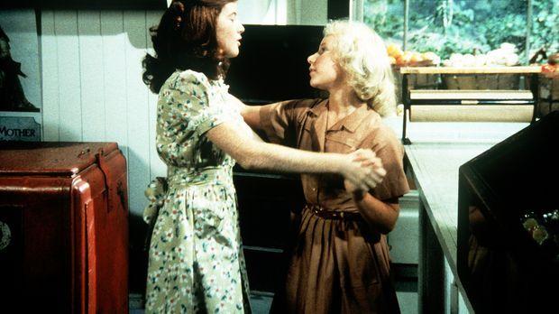 Elizabeth (Kami Cotler, l.) und Aimée (Rachel Longaker, r.) üben sich im Gese...