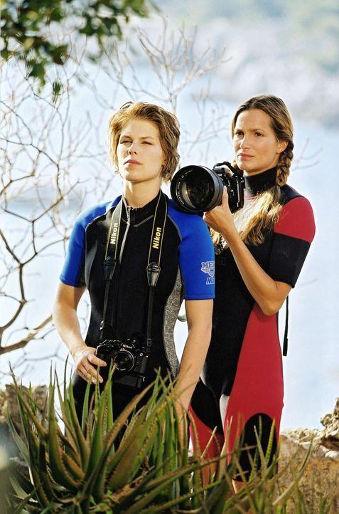 Antonia Scherer (Alexandra Kamp, r.) und ihre Freundin Judy (Maren Gingeleit, l.) sind im Auftrag von Reporter Walz auf Promi-Jagd an der Cote d'Azu... - Bildquelle: Thomas Böhme Sat.1
