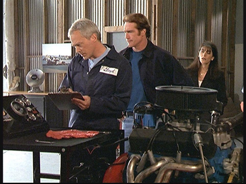 Steve (Barry Van Dyke, M.) befragt den ehemaligen Chefmechaniker Lloyd, der verdächtigt wird, aus Rache Sabotage betrieben zu haben. - Bildquelle: Viacom