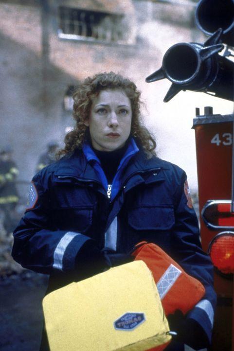 Dr. Corday (Alex Kingston) hat Dienst im Rettungswagen. In einer chemischen Fabrik rettet sie einen verschütteten Arbeiter. - Bildquelle: TM+  2000 WARNER BROS.