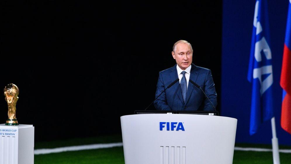 Putin präsentiert sich beim FIFA-Kongress gastfreundlich - Bildquelle: AFPSIDMLADEN ANTONOV
