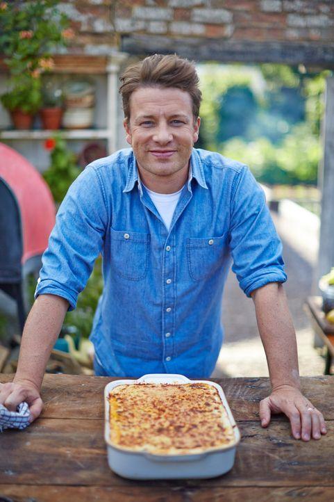 Jaime Oliver gibt der klassischen Lasagne den letzten Schliff und verfeinert die Nudeln mit knusprig gebratener Ente ... - Bildquelle: FRESH ONE PRODUCTIONS MMXIV