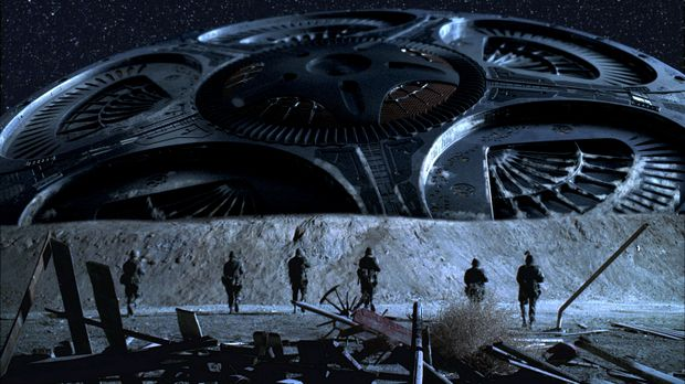 Gegenwart. Obwohl es der Armee gelingt, das Raumschiff abzuschießen, ist es u...