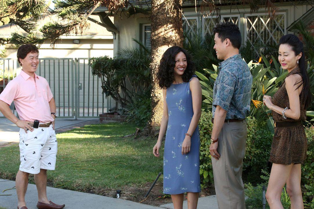 Der Besuch von Jessicas (Constance Wu, 2.v.l.) Schwester Connie (Susan Park, r.) und ihrem wohlhabenden Ehemann Steve (Charlie Soong Lee, l.) lässt... - Bildquelle: 2015 American Broadcasting Companies. All rights reserved.