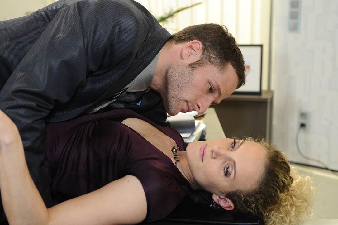 Maja (Barbara Lanz, r.) ist Natascha scheinbar vor Richard in den Rücken gefallen. Aber es stellt sich heraus, dass die beiden Frauen einen gemeins... - Bildquelle: SAT.1