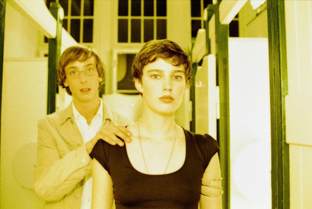 Nachdem ihre Täuschung durchschaut wurde, findet Luka (Jana Straulino, r.) bei Toby (Nicky Kantor, l.) die nötige Unterstützung. Sie planen einen... - Bildquelle: Gordon Mühle ProSieben