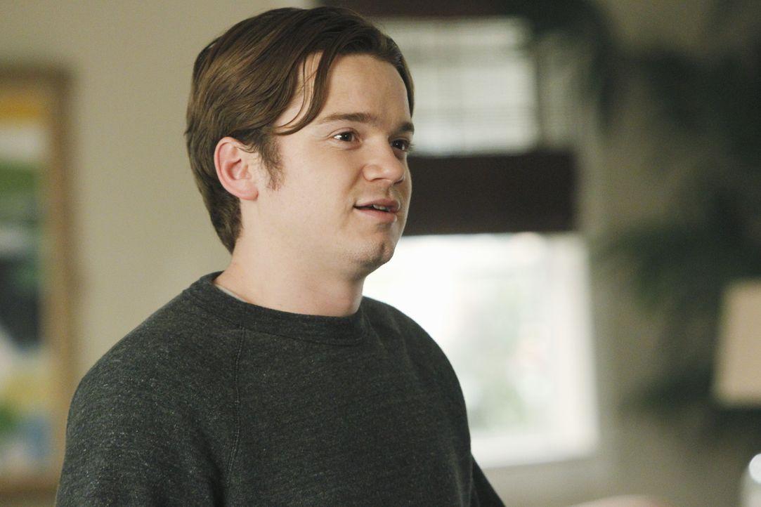 Der Fernseher geht kaputt. Da es Travis (Dan Byrd) nicht schafft, ihn rechtzeitig zum Filmabend zu reparieren, denkt sich Jules ein Versteckspiel f - Bildquelle: 2010 ABC INC.