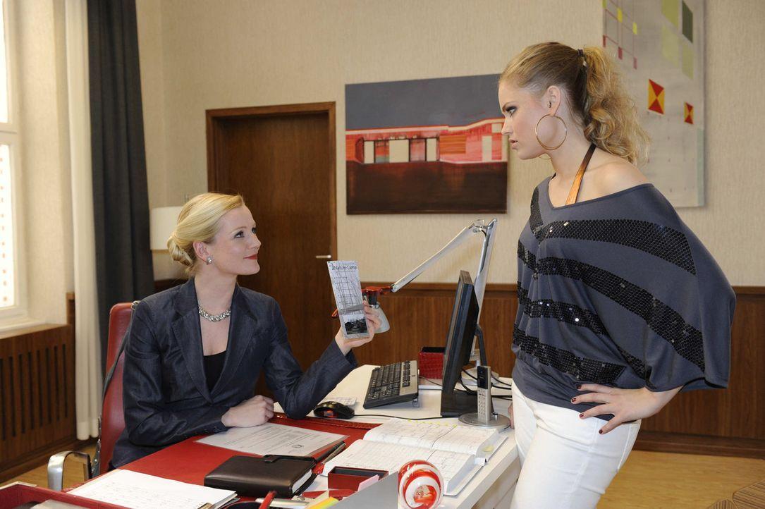 Als Caro (Sonja Bertram, r.) zurück an die Schule will, schickt Helena (Kim-Sarah Brandts, l.) sie mit ins Camp ... - Bildquelle: SAT.1