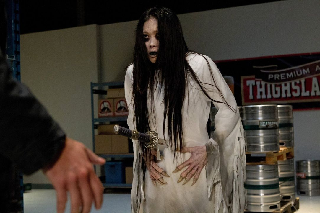 """Sam und Dean werden von Garth zu einem besonderen Fall gerufen: Sie müssen einen """"Shojo"""" (Angela Uyeda) bekämpfen, ein japanisches Monster, das auf... - Bildquelle: Warner Bros. Television"""