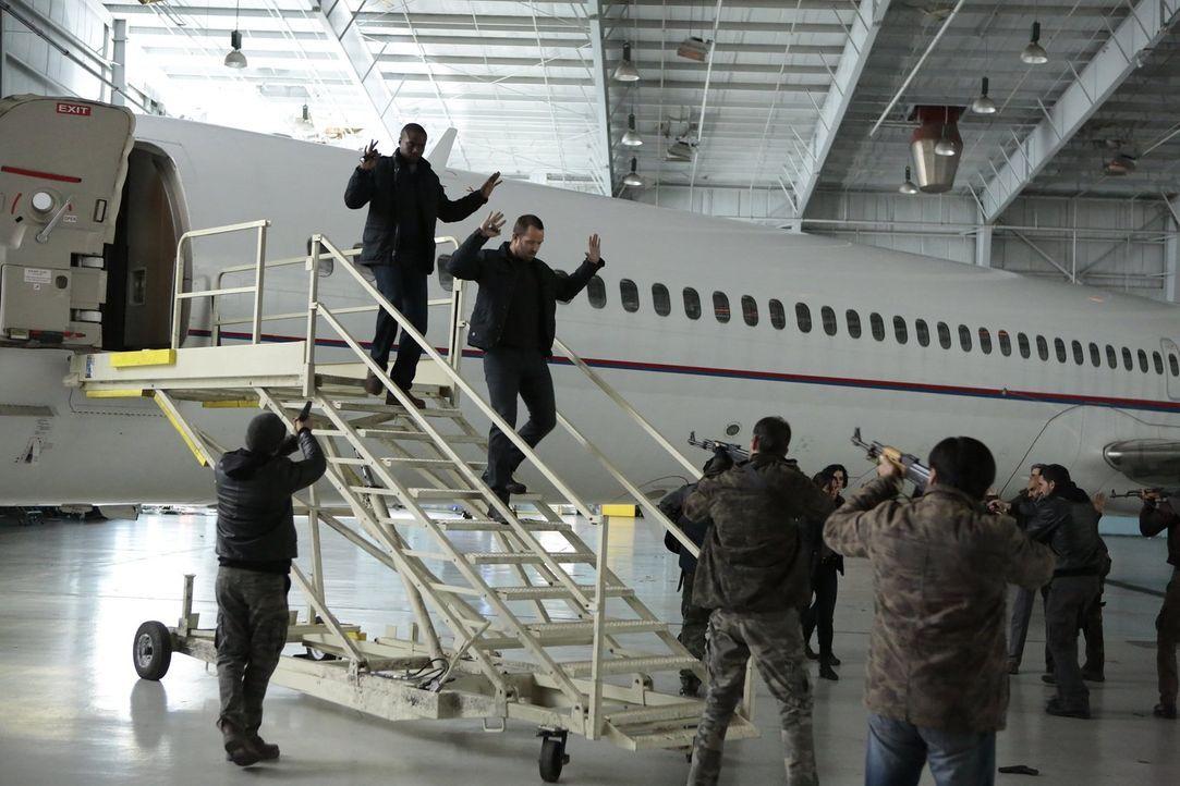 Terroristen haben eine Passagiermaschine in ihre Gewalt gebracht, um damit die Satellitenkommunikation der amerikanischen Streitkräfte zu unterbrech... - Bildquelle: Warner Brothers