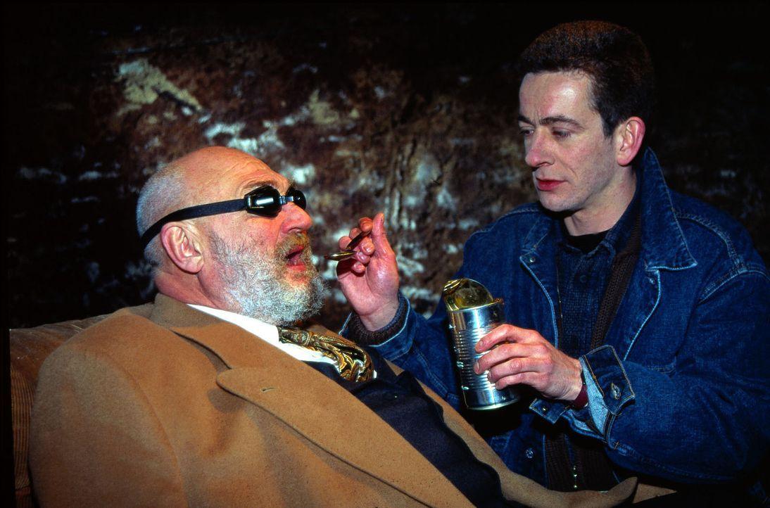 Der Industrielle Erich Staller (Rolf Hoppe, l.) wird von seinem Entführer Posch (Dominik Glaubitz, r.) gefüttert. - Bildquelle: Ali Schafler Sat.1