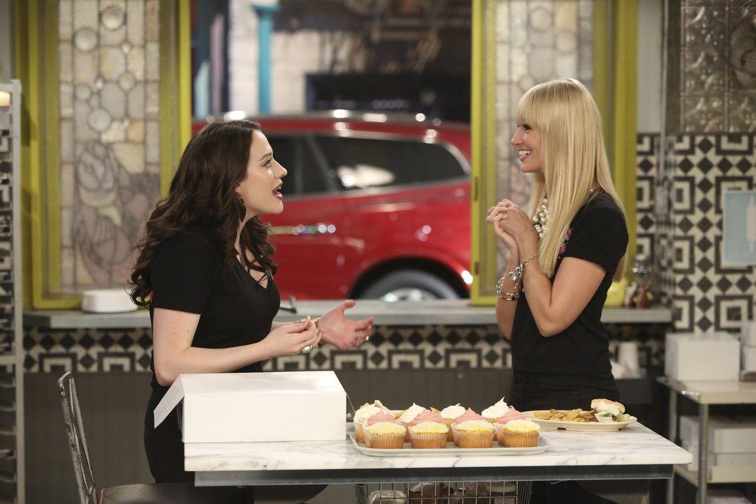 Weil Cupcakes plötzlich out sind, müssen sich Max (Kat Dennings, l.) und Caroline (Beth Behrs, r.) dringend etwas Neues einfallen lassen ... - Bildquelle: Warner Brothers