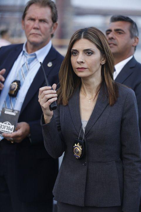 In einem Entführungsfall kommt es zur Geldübergabe, doch Captain Santiani (Callie Thorne, vorne) handelt unüberlegt und gefährdet das Leben des entf... - Bildquelle: 2015 Warner Bros. Entertainment, Inc.
