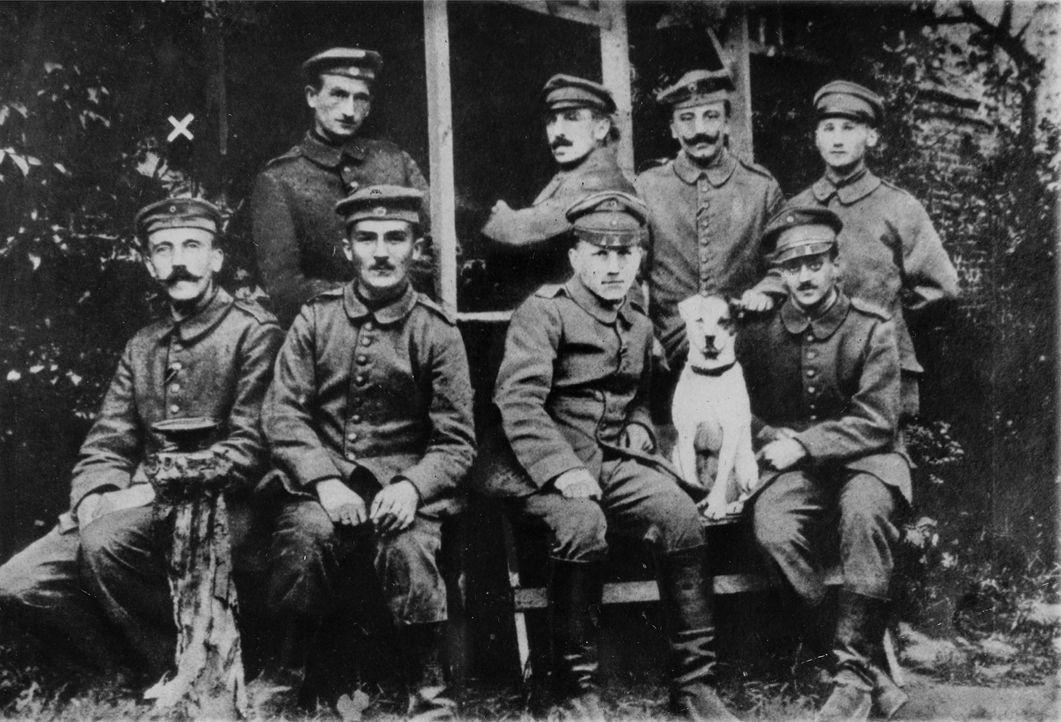 Niemand ahnte im 1. Weltkrieg, dass der unscheinbare Meldegänger und Gefreite Adolf Hitler (l.) schon bald die Welt an den Abgrund führen wird ... - Bildquelle: US National Archives