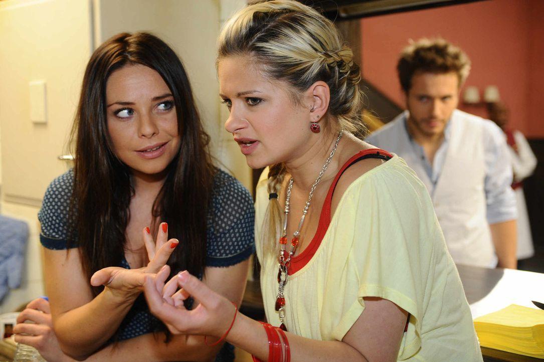 Enrique (Jacob Weigert, r.) belauscht ein Gespräch zwischen Paloma (Maja Maneiro, l.) und Mia (Josephine Schmidt, M.) ... - Bildquelle: SAT.1