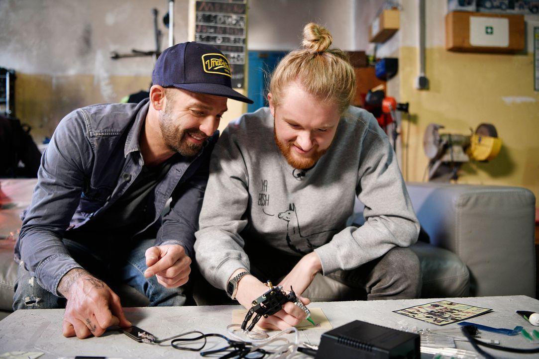 """Sie schauen ganz genau hin: Niels-Peter Jensen (l.) und Christoph """"Icke"""" Dommisch (r.) in Aktion ... - Bildquelle: Kilian Blees ProSieben MAXX/Kilian Blees"""