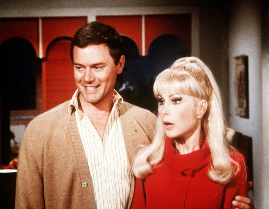 Tony (Larry Hagman, l.) ist stolz auf seine Jeannie (Barbara Eden, r.), die mit ihrem Blinzeln den gesuchten Pokerhai entwaffnet. - Bildquelle: Columbia Pictures