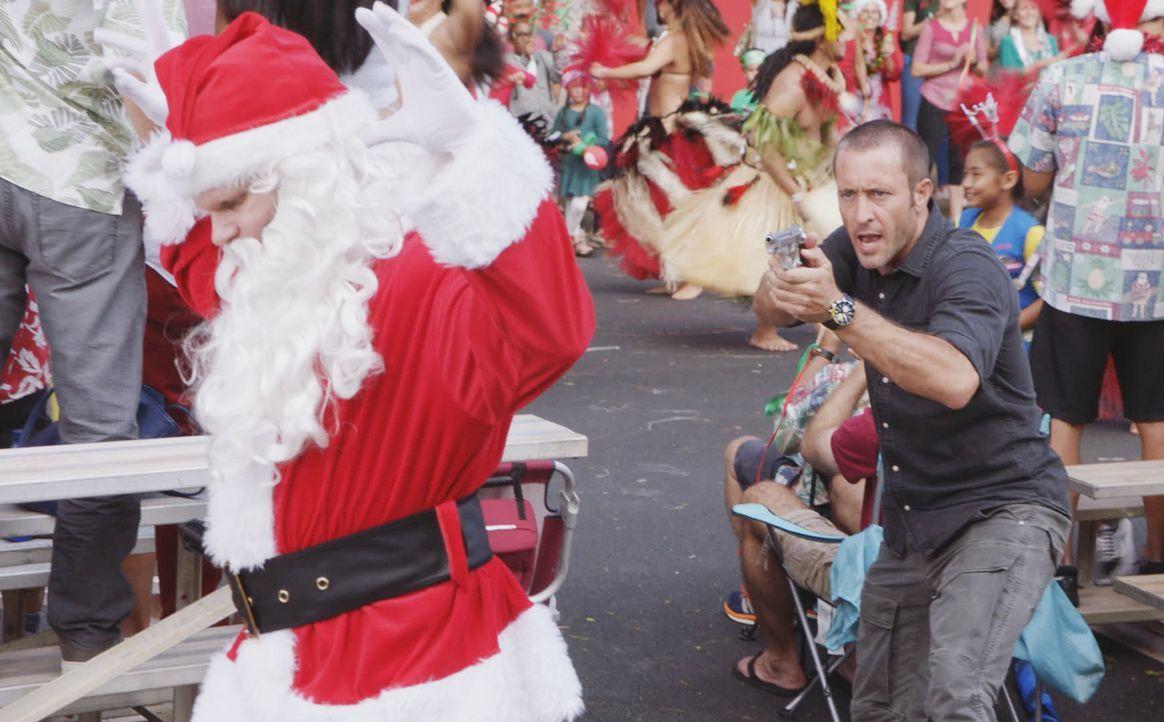 An Heiligabend erzählt Danny seinem Sohn Charlie eine besondere Weihnachtsgeschichte über einen neuen Fall, bei dem Steve McGarret (Alex O'Loughlin,... - Bildquelle: 2017 CBS Broadcasting Inc. All Rights Reserved.