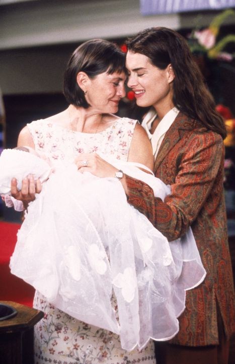 Sind überglücklich, als ihre gemeinsame Tochter getauft wird: Janine Nielssen (Brooke Shields, r.) und Sandy Cataldi (Cherry Jones, l.) - Bildquelle: CPT Holdings, Inc.  All Rights Reserved.