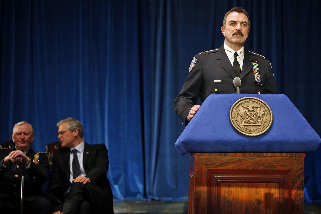 Bei einer feierlichen Zeremonie begrüßt Frank (Tom Selleck) die neuen Polizisten im New York Police Department. - Bildquelle: 2010 CBS Broadcasting Inc. All Rights Reserved