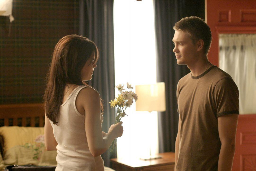 Brooke (Sophia Bush, l.) und Lucas (Chad Michael Murray, r.) versuchen endlich, eine Beziehung zu führen - allerdings wollen es beide zunächst etw... - Bildquelle: Warner Bros. Pictures