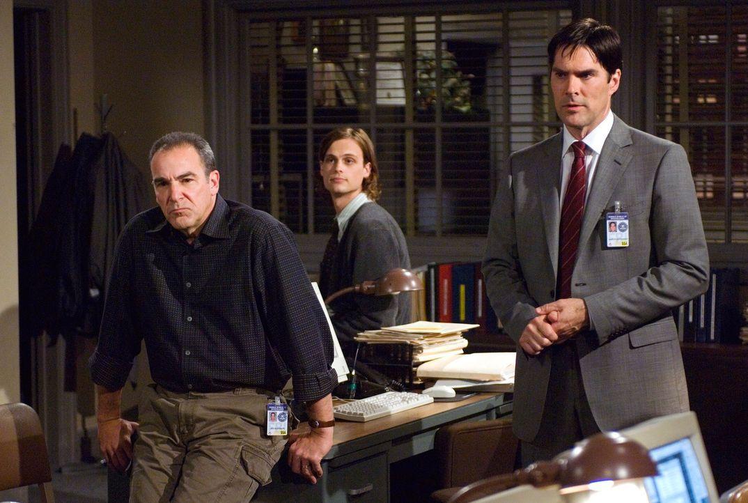 Versuchen einen Serienmörder zu stoppen: Hotch (Thomas Gibson, r.), Reid (Matthew Gray Gubler, M.) und Gideon (Mandy Patinkin, l.) ... - Bildquelle: Touchstone Television